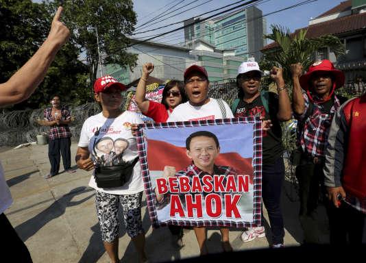 Manifestation de soutien au gouverneur Basuki Purnama, surnommé «Ahok», vendredi 12 mai, à Djakarta. Sur l'affiche est écrit : « Libérez Ahok».