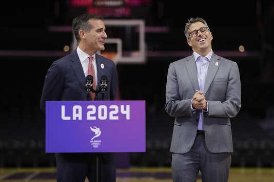 Le président de la candidature de Los Angeles, Casey Wasserman, à droite.