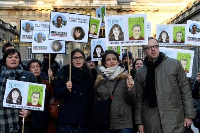Rassemblement, en janvier, à Paris à la mémoire de Ghislaine Dupont et Claude Verlon, assassinés au Mali à la fin de2013.