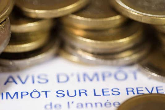 Un avis d'imposition sur le revenu et des pièces de 1 euro.