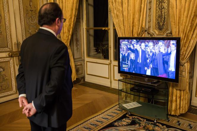 François Hollande, dans son bureau de l'Elysée, le 7 mai, regardant les images de la victoire d'Emmanuel Macron.