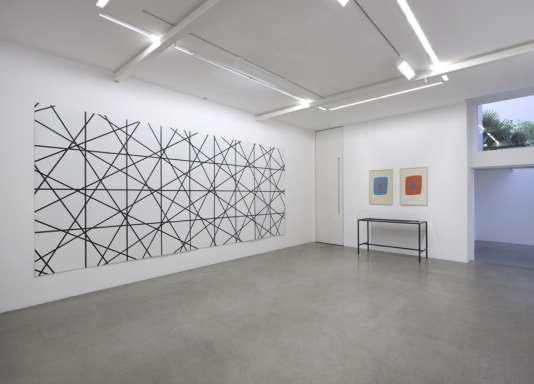 Vue de l'exposition. COURTESY STUDIO MORELLET, COLLECTION MORELLET, THE ARTIST, KAMEL MENNOUR, PARIS/LONDON