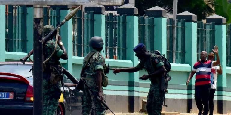 Des mutins devant l'entrée de l'état-major des armées, le 12 mai 2017, dans le quartier du Plateau à Abidjan, en Côte d'Ivoire.