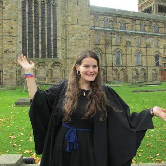 Fanny Guillaume-Castel a passé un an en Erasmus à l'université de Durham en Angleterre, lorsqu'elle était en licence d'histoire à l'université Toulouse-Jean Jaurès