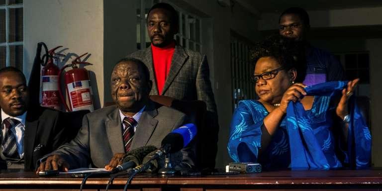Morgan Tsvangirai et Joice Mujuru, le 19 avril 2017 à Harare, annonce leur alliance politique pour la présidentielle de 2018.