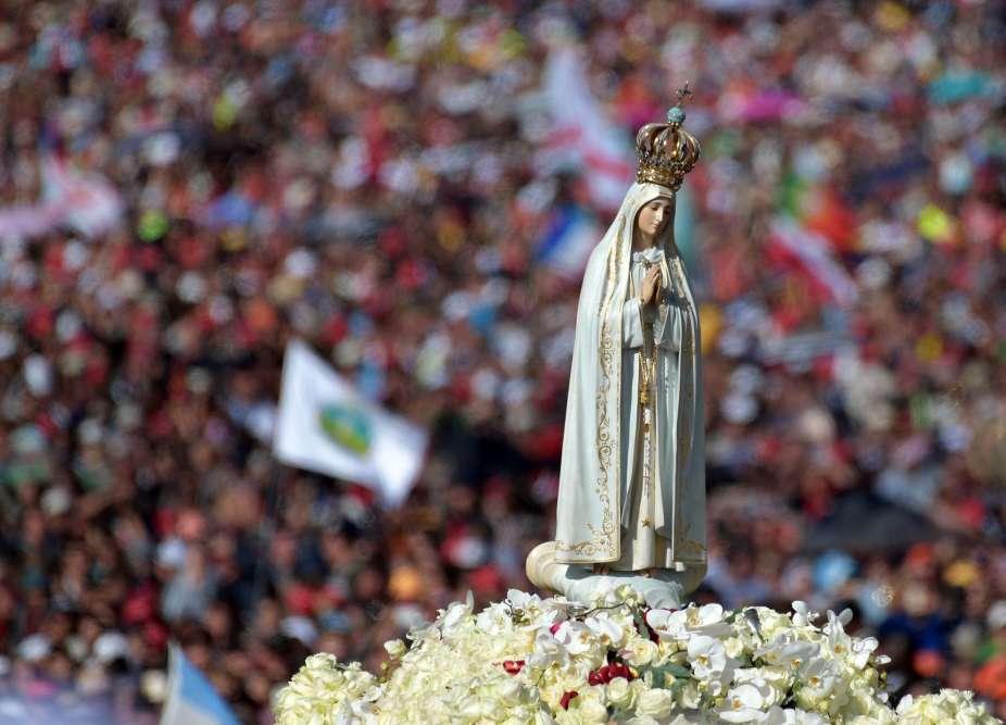Deux petits bergers portugais, Francisco Marto et sa sœur Jacinta, ont été déclarés saints par le pape François devant 500000 personnes dans le sanctuaire de Fatima, où la Vierge leur serait apparue il y 100 ans.