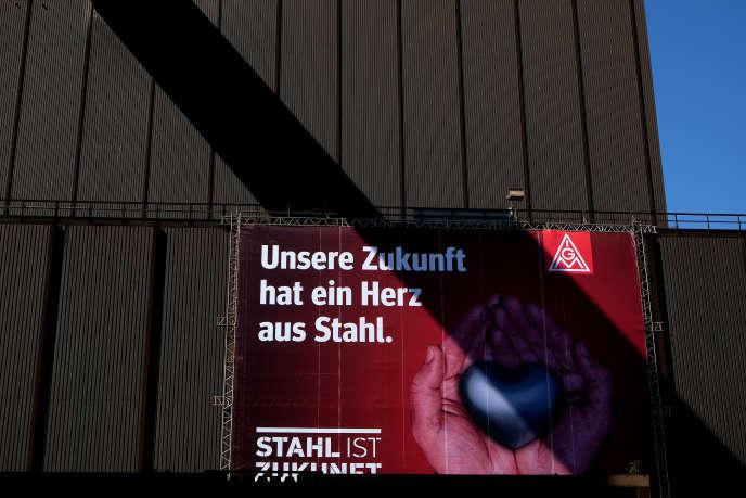Une affiche portant l'inscription« Notre avenir a un coeur d'acier», à Duisbourg, en avril 2016. Cette ville de la Ruhr reste avant tout l'empire de Thyssen, géant mondial de l'acier et symbole de l'histoire industrielle de l'Allemagne.