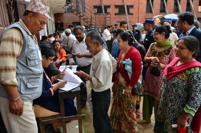 Distribution de cartes d'électeurs, le 11 mai. Les Népalais sont appelés aux urnes pour les premières élections locales depuis vingt ans.