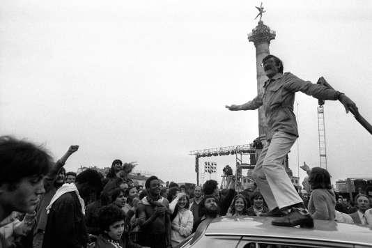 Place de la Bastille le 10 mai 1981, la foule exprime sa joie après l'annonce de l'élection de François Mitterrand.