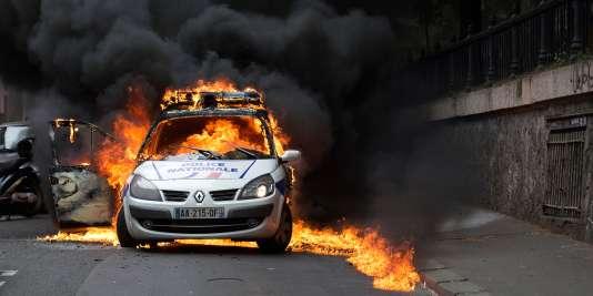 Les images de la voiture de police en feu étaient devenues virales au moment des manifestations contre la loi El Khomri, qui réformait le droit du travail, en mai 2016.