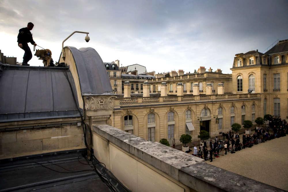 Dimanche matin 14 mai, au-dessus de la grille du Coq, avant le début de la cérémonie de passation des pouvoirs entre Emmanuel Macron et François Hollande.