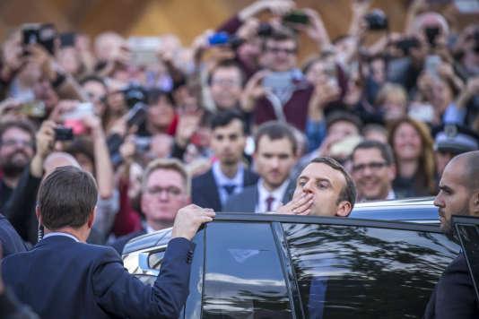 Emmanuel Macron quitte l'Hôtel de villede Paris, où il était accueilli le 14 mai par la maire Anne Hidalgo.