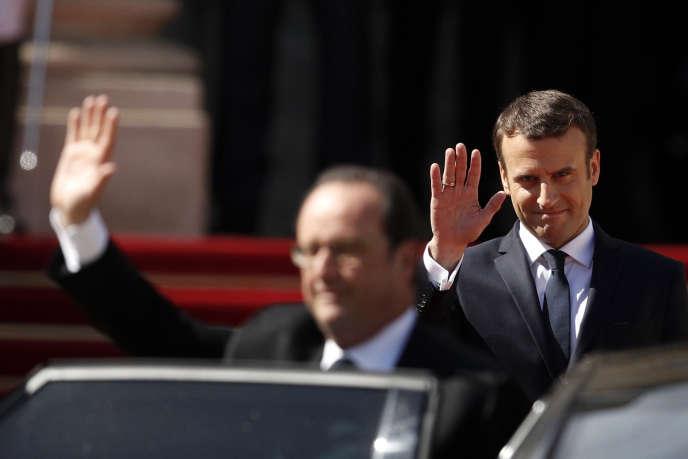 Lors de la passation des pouvoirs entre Emmanuel Macron et son prédécesseur, François Hollande au palais de l'Elysée, le 14 mai 2017.
