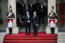 François Hollande accueille Emmanuel Macron au Palais de l'Elysée à Paris, à 10 heures, dimanche 14 mai.