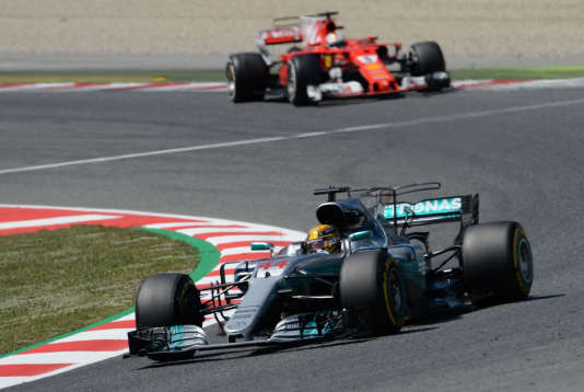 Lewis Hamilton devant la Ferrrari de Sebastian Vettel, le 14 mai à Barcelone.
