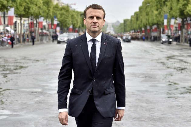 Le président Emmanuel Macron en costume Jonas et Cie sur l'avenue des Champs-Elysées, le 14 mai.