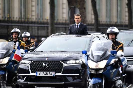 Emmanuel Macron à bord de la DS 7 qu'il a emprunté pour descendre les Champs Elysées.
