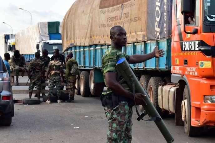 Les soldats mutins contrôlent l'accès de la ville de Bouaké, dans le centre de la Côte d'Ivoire, dimanche 14mai.