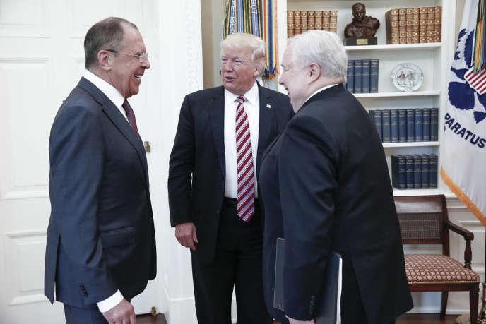 Sergueï Lavrov, le chef de la diplomatie russe,Donald Trump et Sergueï Kislyak, l'ambassadeur de Russie à Washington, le 9 mai, à la Maison Blanche.