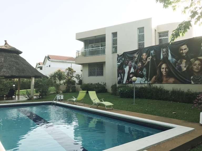 La piscine de la villa Sony à Abidjan, à l'ouest du golf, près de l'ambassade américaine, avec les stars de la maison :Beyoncé, Black M ou Youssou N'Dour.