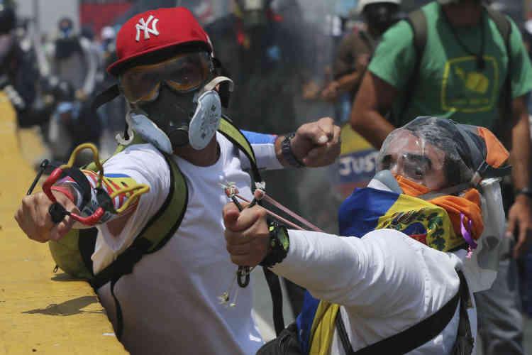 Les violences ont déjà fait 38 morts et des centaines de blessés depuis le 1er avril. Au moins 155 civils ont été emprisonnés sur ordre de tribunaux militaires, d'après l'ONG Foro Penal.