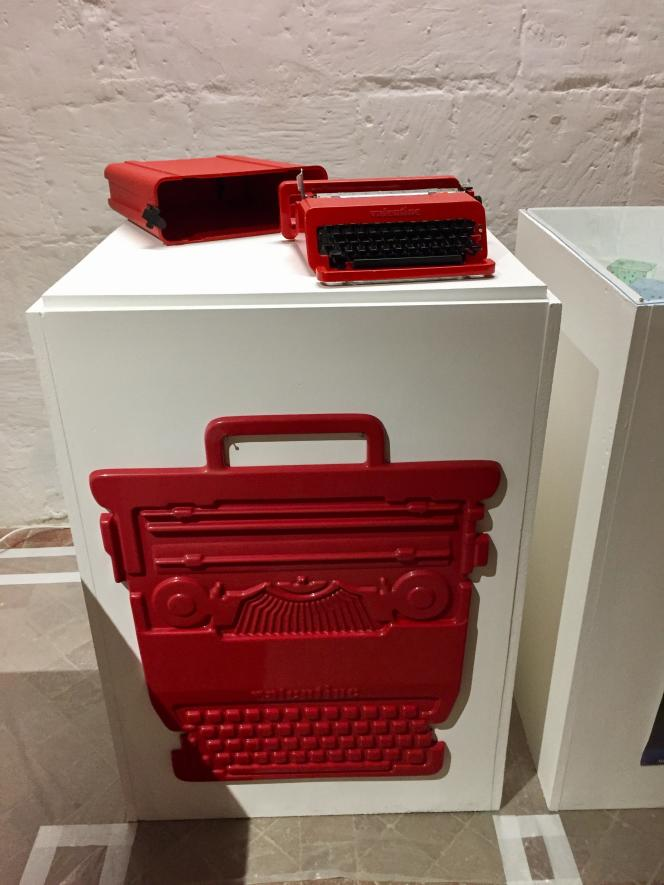 La« Valentine» pour Olivetti, machine à écrire portable inspirée du Pop Art (1969) et son affiche poster thermoformé d'époque.