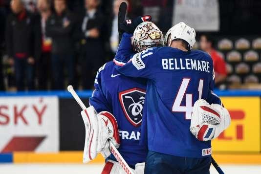 Pierre-Edouard Bellemare enlace Cristobal Huet pour son dernier match avec les Bleus.