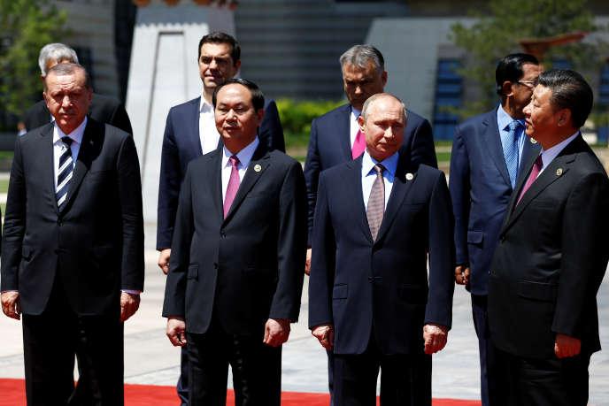 Le président chinois, Xi Jinping (à droite), a réuni 29 chefs d'Etat lors du « sommet des routes de la soie », au bord du lac Yanqi (nord-est de Pékin), lundi 15 mai.