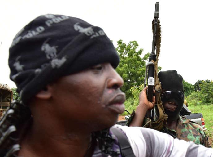 Un soldat mutin sur le point de tirer en l'air dans la deuxième ville de Côte d'Ivoire Bouaké (centre)le 15 mai 2017.