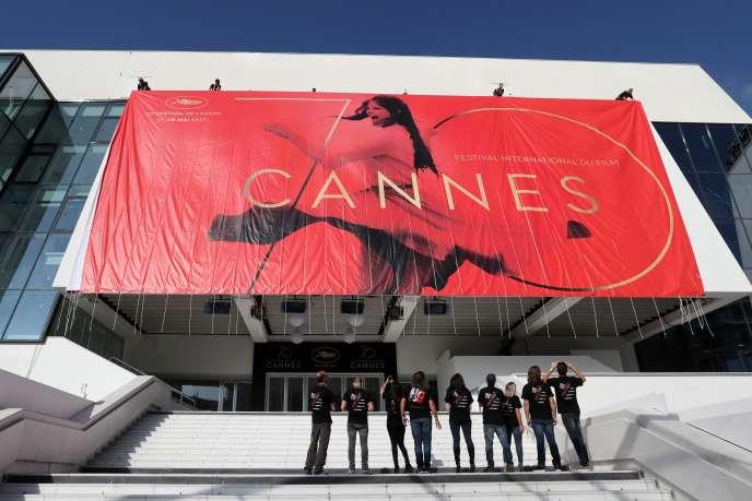 Affiche officielle du 70eFestival de Cannes sur la façade du Palais des festivals à Cannes, le 15 mai 2017.