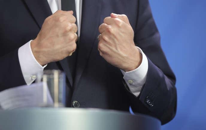 « Pour minimiser le risque d'une forte mobilisation dans la rue, le Président devra non seulement faire preuve d'une grande pédagogie pour expliquer la pertinence des réformes, mais aussi s'appuyer sur les forces réformistes et élaborer avec elles des compromis». (Photo : plan rapproché du président de la République française lors de la conférence de presse donnée avec la chancellière allemande Angela Merkel. A Berlin, le lundi 15mai).