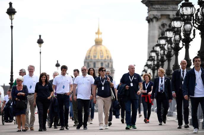 Les membres de la délégation du Comité international olympique (CIO) et de Paris 2024, sur le pont Alexandre-III, lundi15 mai à Paris.