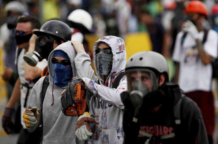 Un manifestant équipé d'un gant de baseball pour attraper et renvoyer les grenades lacrymogènes lancées par des gardes nationaux bolivariens lors d'une manifestation anti-gouvernementale à Caracas, le 8mai.