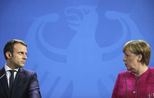 """«La France va mieux et elle est désormais sur une bonne pente.Du coup, l'idée que """"l'aide""""de l'Allemagne serait nécessaire au succès du nouveau président est non seulement un brin condescendante mais sans doute très éloignée de la disposition d'esprit qui est la sienne.» (Photo : Angela Merkel et Emmanuel Macron, lors de la conférence de presse donnée à Berlin, le lundi 15 mai.)"""