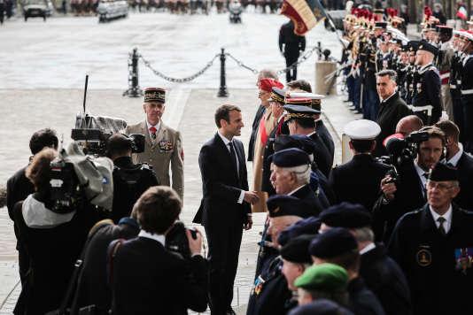 Emmanuel Macron salue des anciens combattants, lors de la cérémonie à l'arc de triomphe de l'Etoile, à Paris, le 14 mai.