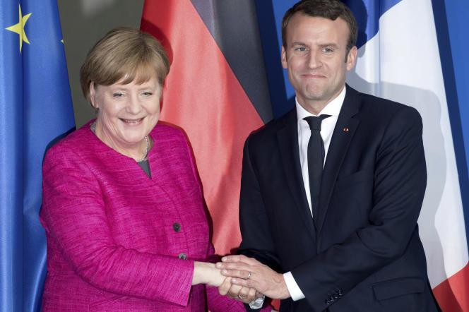 «L'accueil enthousiaste du président Macron ce lundi en Allemagne tranche avec la prudence de la Commission européenne la semaine précédente». (Photo : Emmanuel Macron rencontre, à Berlin, la chancelière allemande Angela Merkel pour sa première visite à un chef d'Etat étranger, lundi 15 mai).