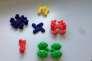 Modèles en plastique de molécules-voitures.
