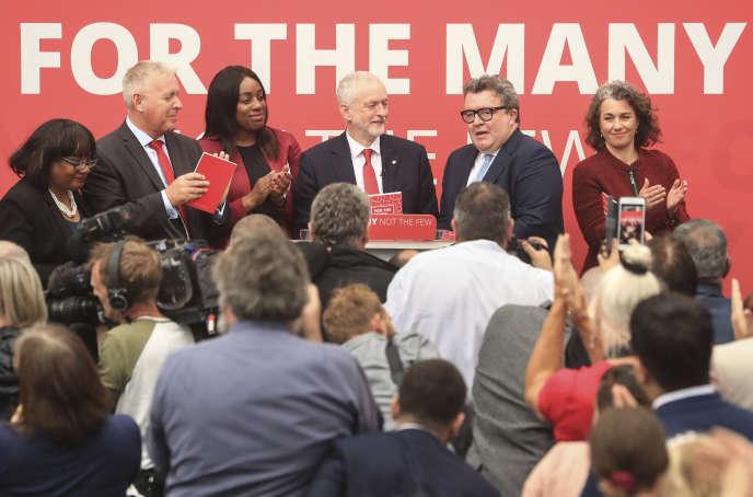 Le leader du Labour Jeremy Corbyn, au centre, avec son cabinet fantôme (de gauche à droite : Diane Abbott, Ian Lavery, Kate Osamor, Tom Watson et Sarah Champion), à Bradford, le 16 mai 2017.