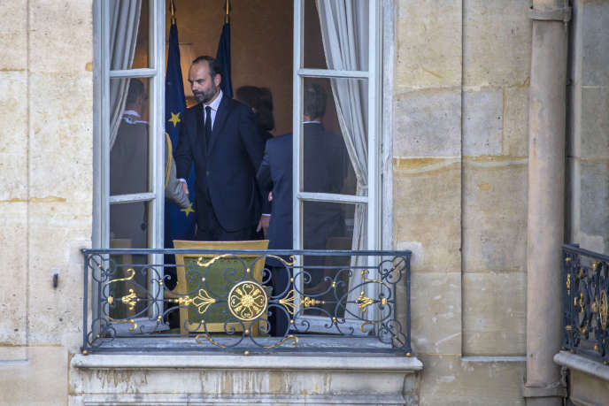 Passation de pouvoir à Matignon. Edouard Philippe remplace Bernard Cazeneuve au poste de Premier ministre, à Paris, lundi 15 mai 2017 - 2017©Jean-Claude Coutausse / french-politics pour Le Monde