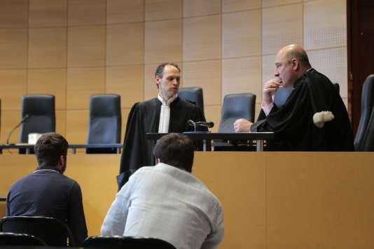 Le procureur de Bastia Nicolas Bessone s'entretient avec l'avocat de la Fédération française de football,Benjamin Peyrelevade, au tribunal de Bastia, mardi 16 mai.