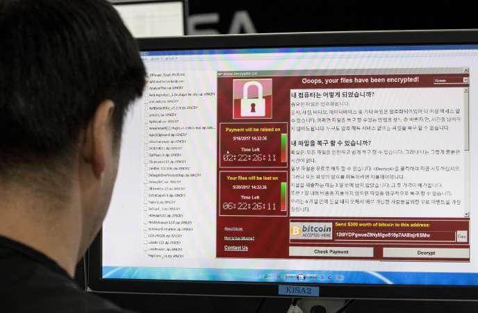 Une photo prise le 15 mai 2017 montre que le personnel surveille la propagation des cyber-attaques du rançongiciel WannaCry à l'Agence de sécurité et d'Internet de Corée (KISA) à Séoul.