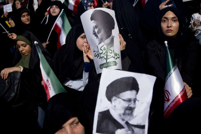 Des femmes apportent leur soutien au candidatEbrahim Raisi, lors d'un meeting le 29 avril à Téhéran.