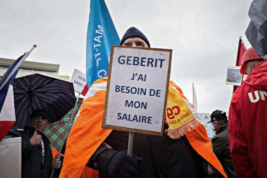 Manifestation de salariés d'Allia France, le 21 octobre 2016 à Jona, en Suisse, devant le siège de la maison mère Geberit. Les employés du fabricant de sanitaires en céramique protestent contre la fermeture annoncée de deux usines françaises.