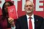 Le chef du parti travailliste britannique, Jeremy Corbyn, pose avec en main un exemplaire du programme du Labour, à Bradford (nord de l'Angleterre), le 16mai 2017.