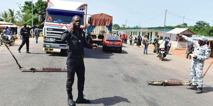 A Bouaké, levée des barrages érigés depuis quatre jours à l'entrée de la ville par des soldats mutins le16 mai 2017.