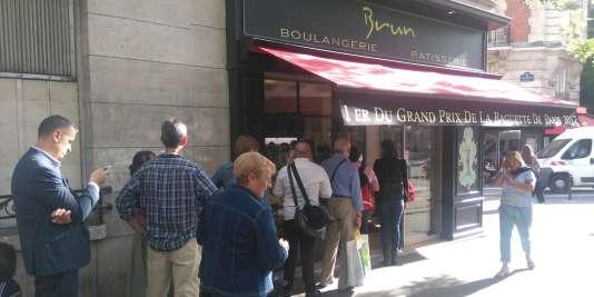 Les clients se pressent pour goûter la lauréate du Grand prix de la baguette de Paris.