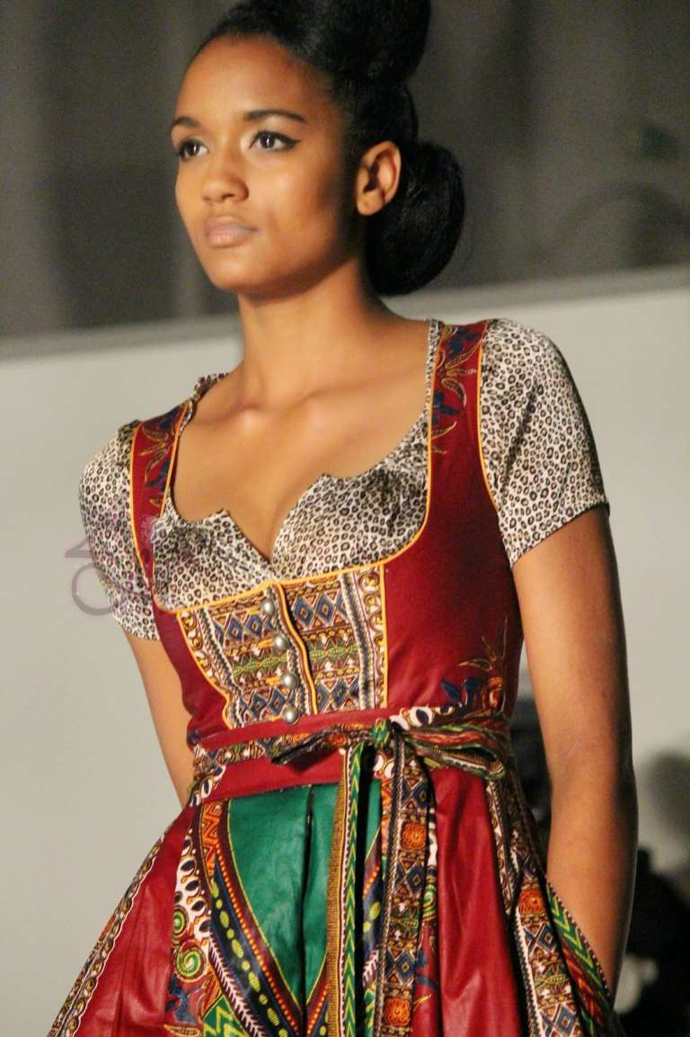 Un dirndl africain de la marque Nohnee.
