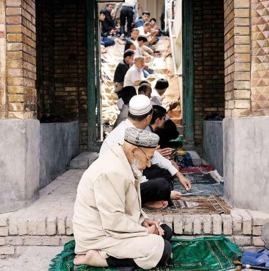 La pratique de l'islam (ici à Kashgar) fait l'objet d'une répression de plus en plus nette de la part du pouvoir chinois, et les campagnes contre le port du voile ou la construction de mosquées se multiplient.