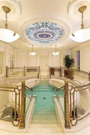 Œuvres impressionnantes, escaliers en marbre, lustres en cristaux Swarovski… Financé par des fonds privés, le temple aurait coûté 80 millions d'euros.