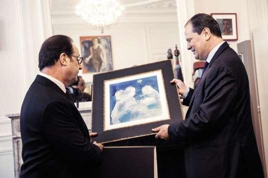 Dimanche 14 mai à Solférino, Jean-Christophe Cambadélis offre à François Hollande un tableau signé Catherine Duchêne, d'une valeur de 385 euros.